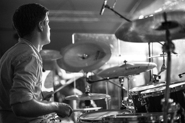 Trommeslager spiller trommer
