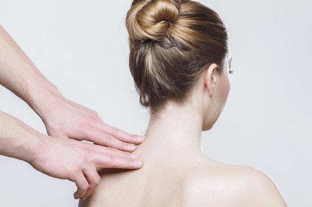 En kvinde får massage